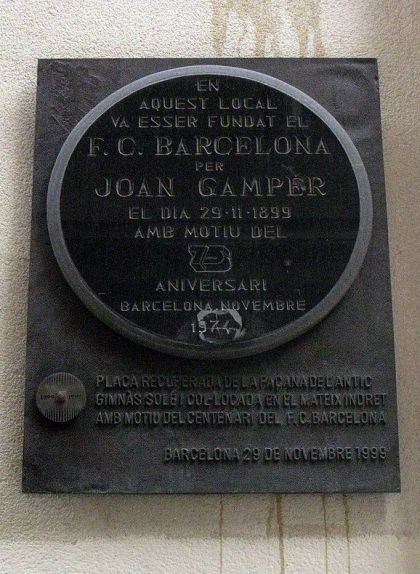 Placa commemorativa col·locada a l'antic Gimnàs Soler, on es va fundar el FC Barcelona