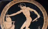 Un jove viticultor cuidant del vi a un simposi grec