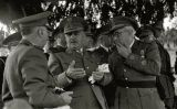 Francisco Franco al costat d'autoritats militars durant una jornada de maniobres l'any 1946