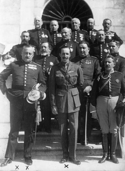 Miguel Primo de Rivera i Alfons XIII acompanyats d'altres militars