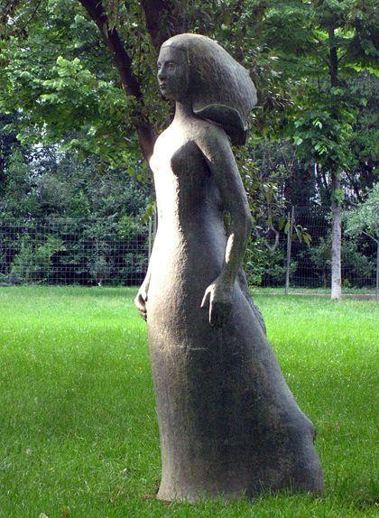 Escultura d'Eloïsa Cerdán, al Turó Parc de Barcelona, en homenatge al personatge Teresa la Ben Plantada d'Eugeni d'Ors