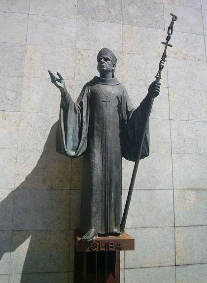 Estàtua de l'abat Oliba situada davant la portalada del monestir de Ripoll
