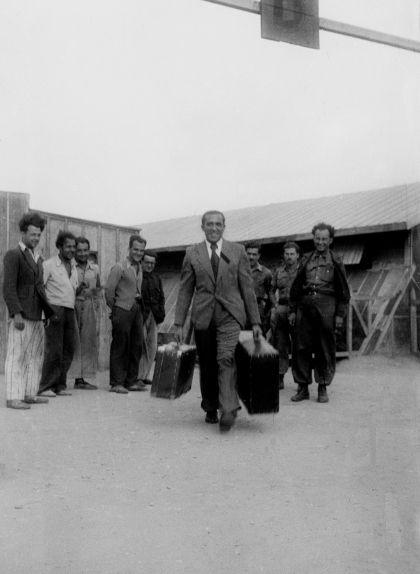 Agustí Centelles sortint del camp de Bram, el març de 1939