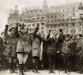 El general Juan Yagüe a la plaça de Catalunya