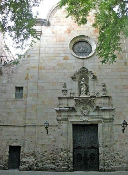 Marques del bombardeig a la façana de l'església de Sant Felip Neri