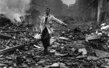 Repartidor de llet treballant en un carrer de Londres el 9 d'octubre del 1940