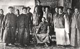 El tretzè dalai-lama, al centre, el 1910