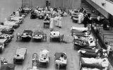 Infermeres de la Creu Roja americana atenen pacients afectats per la grip a l'auditori municipal d'Oakland (EUA), l'any 1918