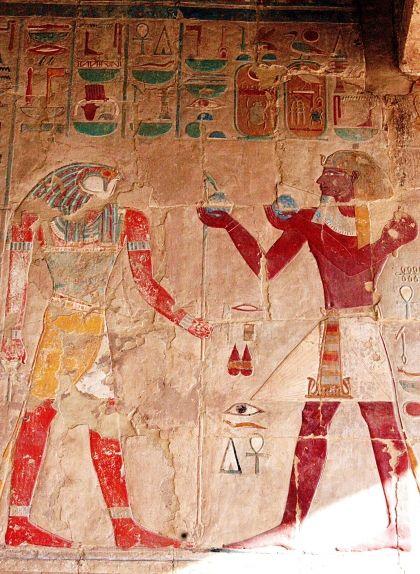 Relleu que representa Tuthmosis III fent una ofrena al déu Sokaris , al temple de Hatshepsut, a Egipte
