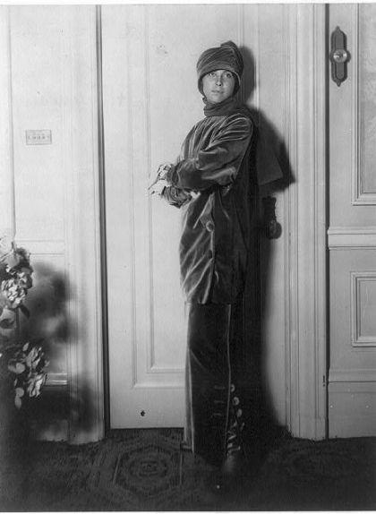 L'esposa de Paul Poiret lluint un dels dissenys del seu marit, l'any 1913