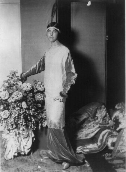 L'esposa de Paul Poiret amb un disseny del seu marit, el 1913