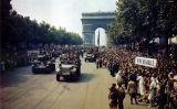 Els francesos veuen passar els aliats a l'Arc de Triomf després de l'alliberament de París el 26 d'agost del 1944