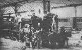 Fotografia dels impulsors, accionistes i enginyers que van fer possible el tren de Barcelona a Mataró davant la locomotora número 12 a l'estació terme de Barcelona l'any 1848