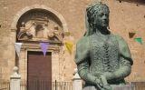 Escultura de Maria de Luna davant de l'església de Sant Martí de Sogorb (País Valencià)