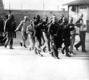 L'orquestra del camp de concentració Mauthausen tocant abans de l'execució d'un pres el juliol de 1942