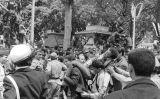 Diverses persones carreguen un civil ferit durant la guerra d'Algèria el 1963