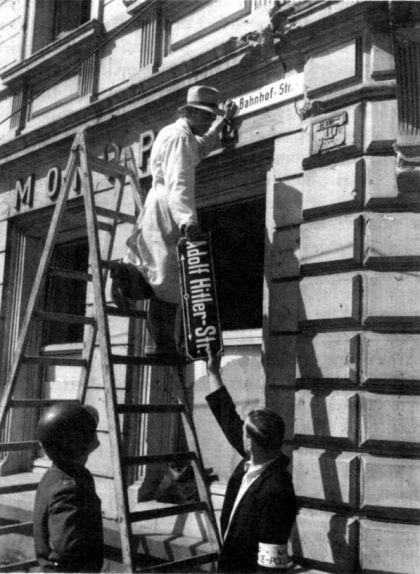 El tinent nord-americà Donald L. Berger supervisa el canvi de nom del que havia estat el carrer d'Adolf Hitler durant la Segona Guerra Mundial a Trèveris, Alemanya, l'any 1945