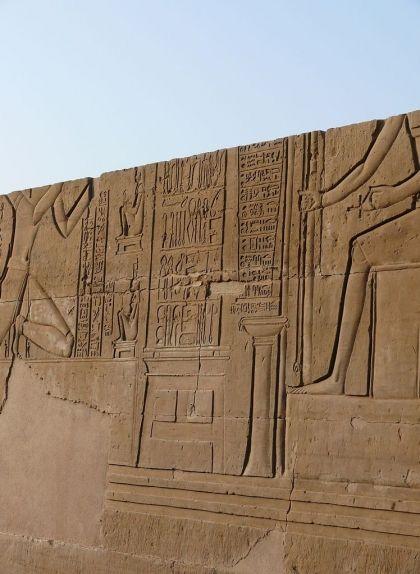 Relleu amb instruments quirúrgics presentats a Imhotep