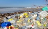 Ampolles de plàstic a una platja de la costa oest de França