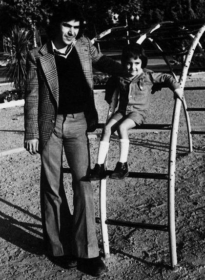 Fotografia de Roque Peralta amb un dels seus dos fills en un parc de Manresa