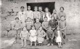 Antoni Benaiges amb els seus alumnes de l'escola de Bañuelos de Bureba els primers mesos del 1936, retratats per un fotògraf ambulant