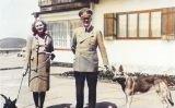 Hitler i Blondi i Eva Braun amb un dels seus dos gossos el 14 de juny de 1942