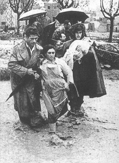 Una família afectada per les pluges al barri de Sant Llorenç, a Terrassa. La imatge es va publicar en la portada de 'La Vanguardia' del 6 de novembre del 1962