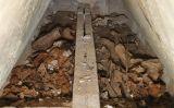 Interior de la tomba de Blanca d'Anjou i de Jaume II tal com es va trobar just després d'obrir-la