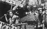 Fotografia del 1927 de guerrers daiaks de Longnawan (Borneo) en què es veuen alguns caps penjant