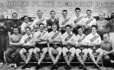 Planter del River Plate, campió de la Primera Divisió Argentina el 1947. Di Stéfano és el quart d'esquerra a dreta de la primera filera