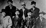La Comissió de Pau de Dodge City, el juny de 1883. D'esquerra a dreta, W.H. Harris, Luke Short, Bat Materson (drets) i Charlie Bassett, Wyatt Earp, Frank McLain i Neal Brown (asseguts)