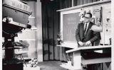Victor Papanek filmant el programa 'Design dimensions' del canal 17 de la cadena de televisió WNED, a Buffalo, Nova York (1961-1963)