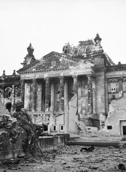 El Reichstag després de ser bombardejat i capturat pels soviètics el 1945