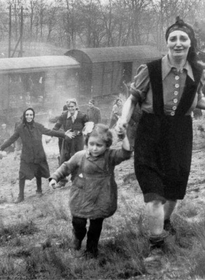 Presoners d'un tren provinent del camp de concentració del camp de Bergen-Belsen alliberats per soldats americans el 13 d'abril de 1945