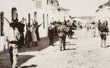 Dones suplicant als soldats rebels per la vida dels seus familiars presoners (Sevilla, 1936)