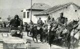 Una unitat de cavalleria feixista entrant a un poble pròxim a Tortosa el 1939