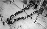 Cua davant una fleca de Barcelona amb motiu de la vaga de La Canadenca
