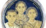 Medalló que podria representar Gal·la Placídia i els seus fills. Tot i que al segle XVIII es va creure que les figures eren les de la filla de Teodosi I i els seus fills, més endavant alguns estudiosos van posar-ho en dubte