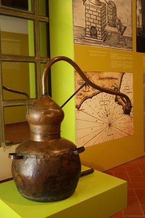 Alambí exposat al Museu de la Fassina Balanyà, tradicionalment emprat per destil·lar el vi tot obtenint aiguardent