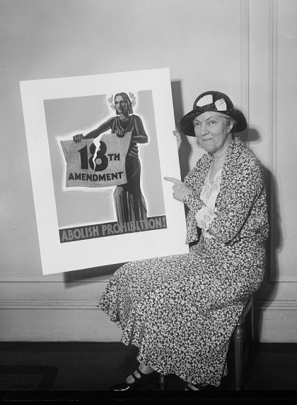 Senyora amb un pòster en què es demana la prohibició de la llei seca, l'any 1931