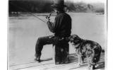 Hooch Hound, un gos entrenat per detectar alcohol olora una ampolla en la butxaca del darrere dels pantalons d'un pescador al riu Potomac, el 23 de febrer de 1922