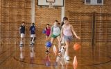 Estudiants de secundària practicant bàsquet