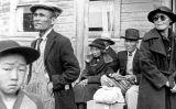 Famílies esperant l'autobús per anar a un dels centres de recol·locació de la WRA l'any 1942