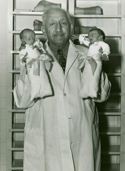 Martin Couney, el 'doctor incubadora', amb dos bebès prematurs