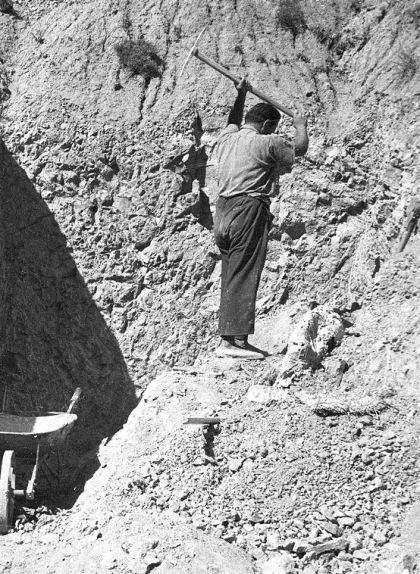Walter Kühne al barranc d'on van treure els primers ossos del dinosaure l'any 1954