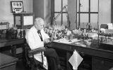 Alexander Fleming treballant al seu laboratori de l'hospital Saint Mary de Londres durant la Segona Guerra Mundial
