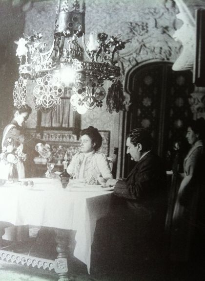 Antoni i Teresa Amatller amb el servei a la casa Amatller el 1910