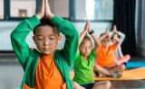 Nens i nenes practiquen ioga