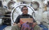 Els astronautes de l'Estació Espacial Internacional llegeixen contes als infants