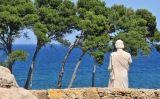 Aquesta estàtua que mira el mar és la troballa més important d'Empúries. Representa Asclepi, el déu grec de la medicina. Els malalts li resaven per guarir-se